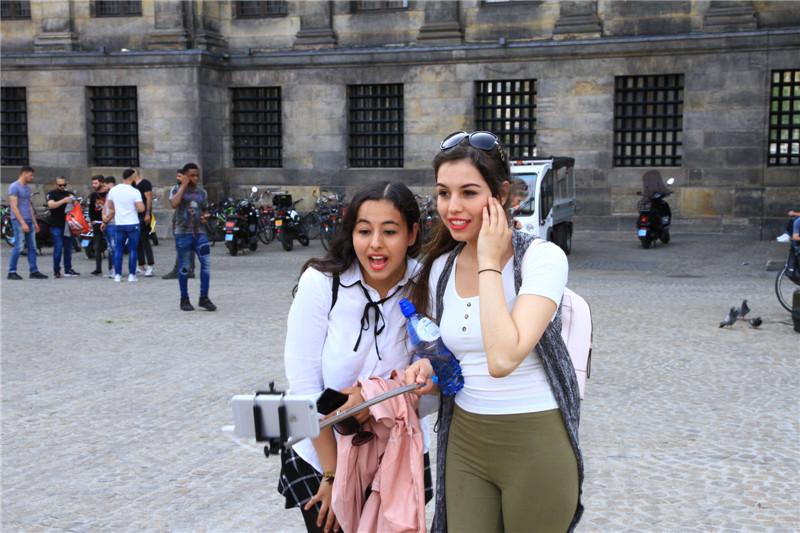 27、在广场自拍的游客