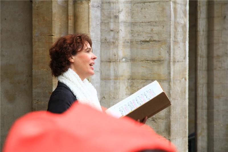 37、自由放歌的女高音。她的歌声回荡在整个市政广场