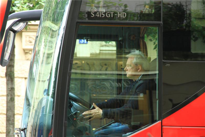 """56、好多欧洲大巴司机年龄都较大。如我们的司机托马斯,53岁,塞尔维亚人,中等身材十分强壮,会说""""谢谢""""、""""辛苦了""""等汉语,开起车来像他脾气性格风风火火。我们入住11个晚上,换了十家酒店,每次行李装卸全由他负责。为他点赞!"""