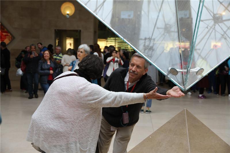 53、著名建筑设计师贝聿铭设计建造的卢浮宫地下大厅倒金字塔
