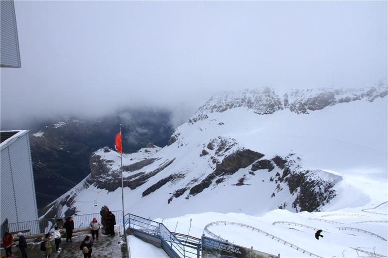 75、观景台矗立着瑞士国旗