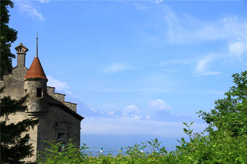 73、古城堡与云雾中的阿尔卑斯山脉