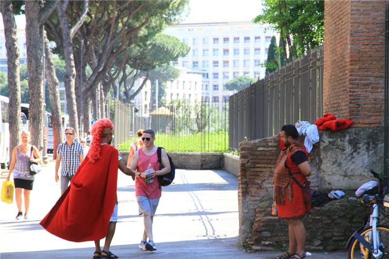90、装扮古罗马斗士在沿街揽客