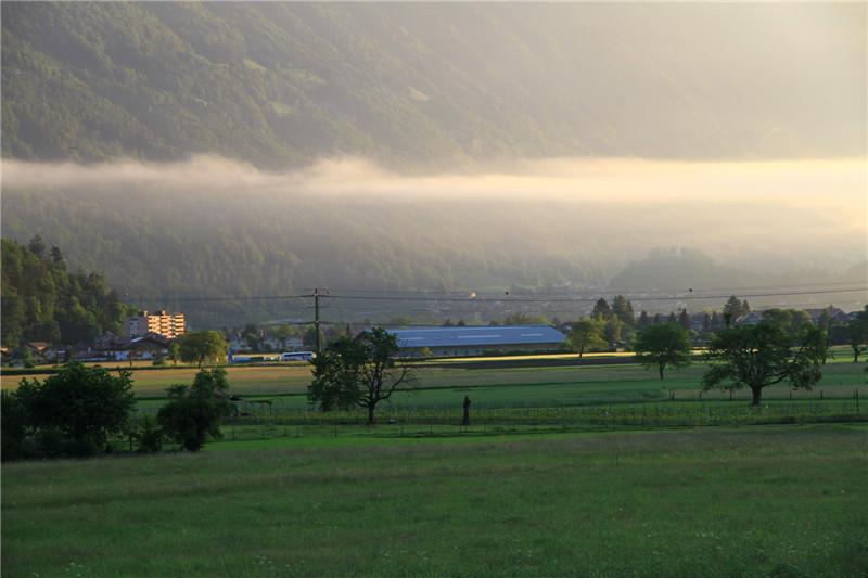 79、袅袅晨雾下的瑞士因特拉肯小镇