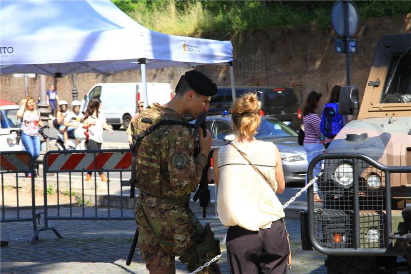 91、景区的军警、警车与美女