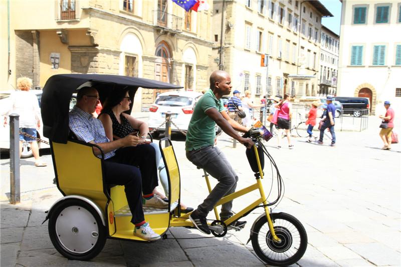 95、三轮车是游览佛罗伦萨便利的交通工具