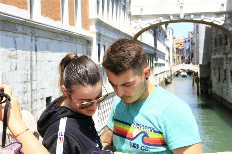104、威尼斯叹息桥前的情侣
