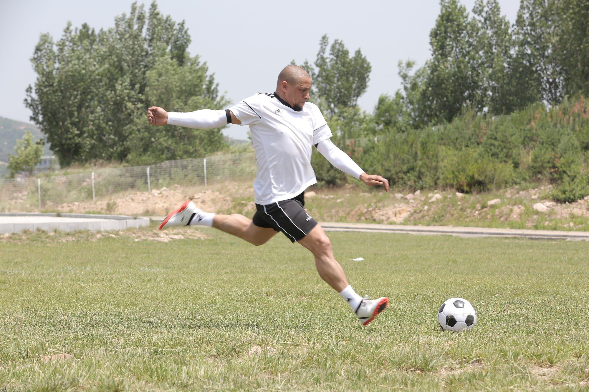 巴西球星卡洛斯来山东台录节目 世界杯对阵中国队曾进球