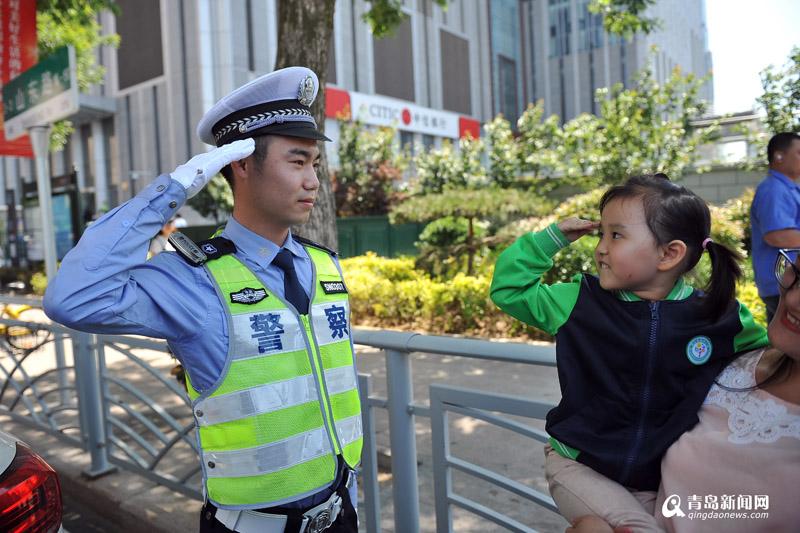 萌娃甜蜜问好夜间执勤青岛交警 这个回应太暖了