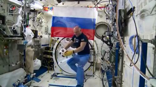 俄宇航员在空间站踢球 足球将用于世界杯揭幕战