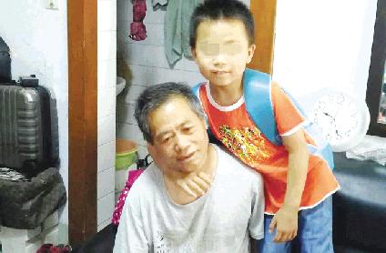 潍坊六岁男孩与爸爸爷爷相依为命 爱心人士弥补母爱