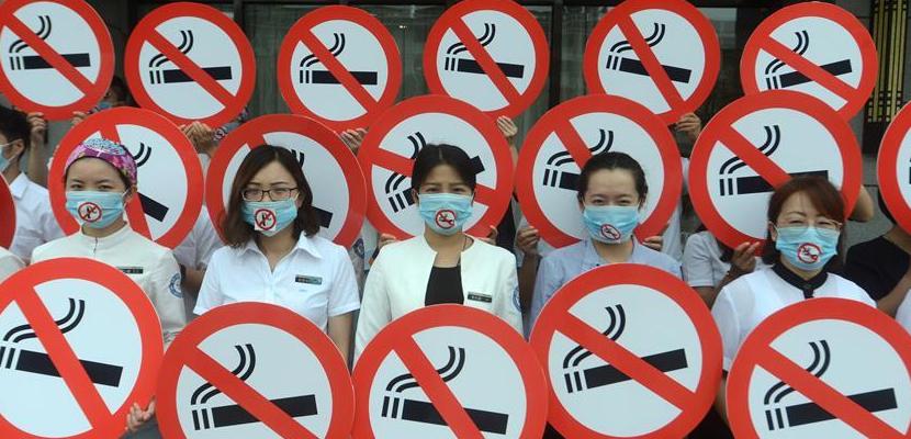 世界无烟日 江苏扬州行为艺术劝戒烟