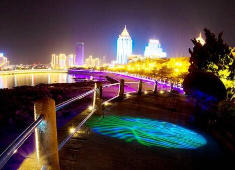 高清:晒初夏前海沿浪漫夜色 小青年栈桥前热吻秀恩爱