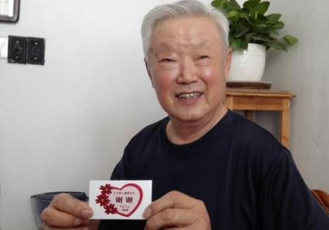 聊城81岁老人亲手制作爱心卡,赠送让座年轻人