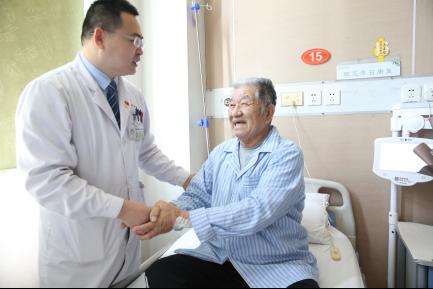 泌尿外一科毕文华副主任为高龄巨大前列腺切除患者术后查房