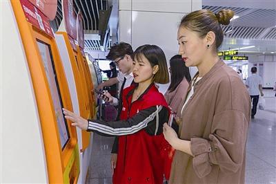 迎上合青岛地铁社会志愿者微笑服务感动外地游客