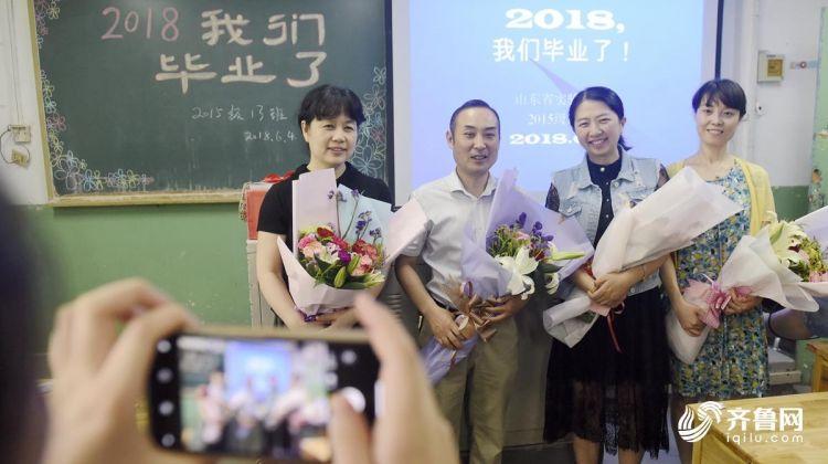 老师献花.jpg