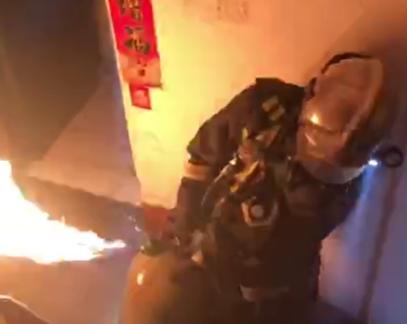 徒手拎出着火液化气罐 博山消防战士被火线记功