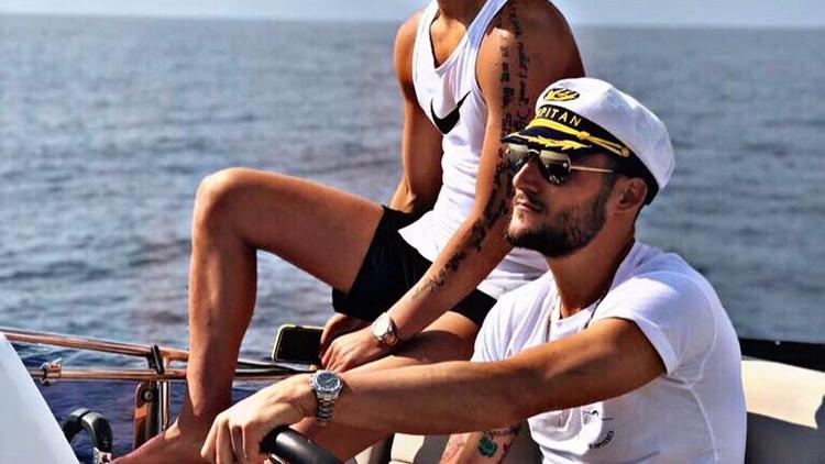 古德利与好友海边度假 船长装扮帅气十足