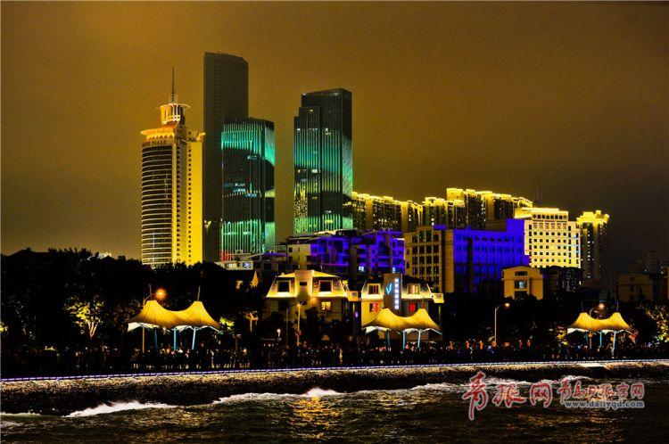 高颜值的建筑立面灯光秀将青岛装扮的流光溢彩.