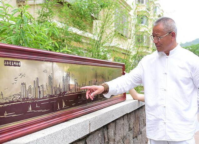 青岛市民耗时2个月 创作出上合青岛峰会巨幅铜版画(图)