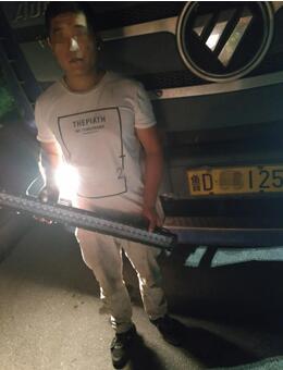 司机因大灯不够亮私装爆闪灯 泰安交警对其罚款200元