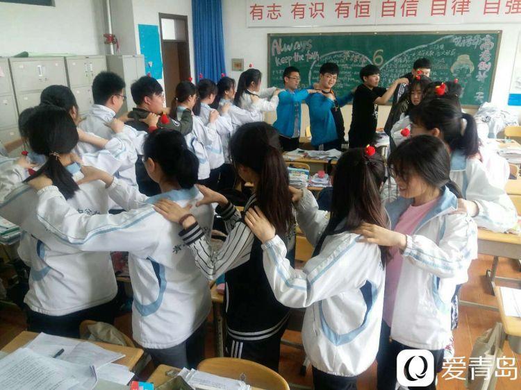 山东新闻 17城  在青岛二中分校的教室里,老师给即将上考场的孩子们最