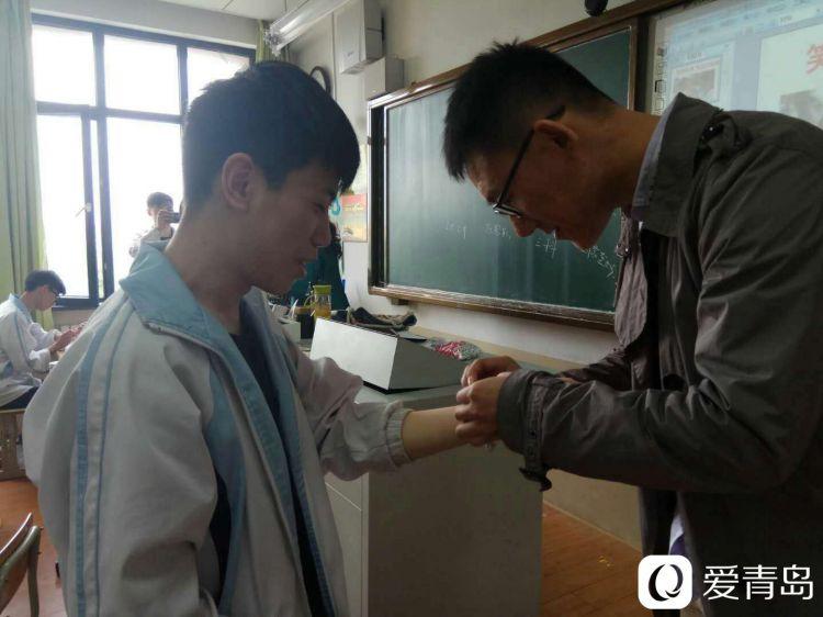 山东新闻 17城  在青岛二中分校的教室里,老师给即将上考场的孩子们