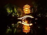 """随着""""明湖秀""""正式开放时间的临近,济南大明湖夜色更美"""