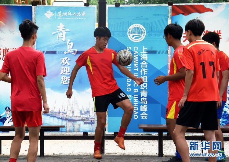 6月4日,青岛城阳一中足球队球员在练球.新华社记者 李紫恒 摄