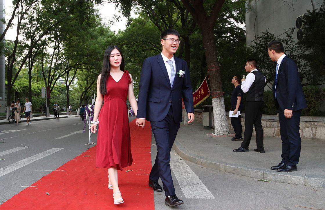 济南大学毕业生上演红毯秀 身着拖尾礼服亮相