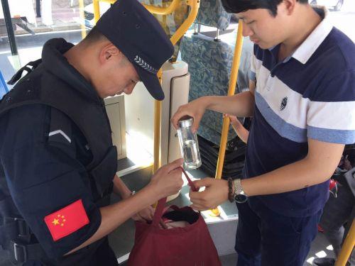 224路公交19岁乘务管理员成网红 上岗首日收获两万赞