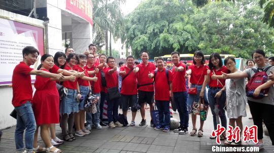 """今年海南5.8万余学子参加高考 家长陪考称""""有仪式感"""""""