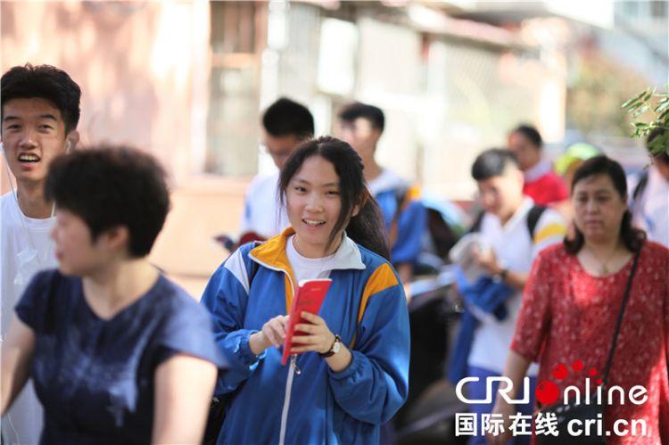 中国975万学生今天参加高考