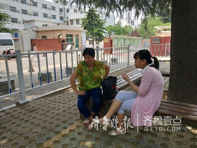 泰安:家长陪孩子树下吃午餐 只管照顾、不问成败