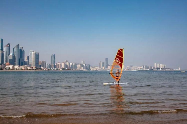 山东新闻 17城  都彰显这座城市向上的精神 在青岛五四广场 印度的小