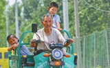 山东济阳8岁学童留守村中 乡邻自发轮流接送上学
