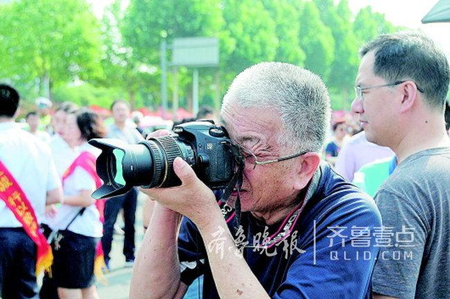 淄博七旬老人连续8年高考考场外拍照,他为啥这么执着