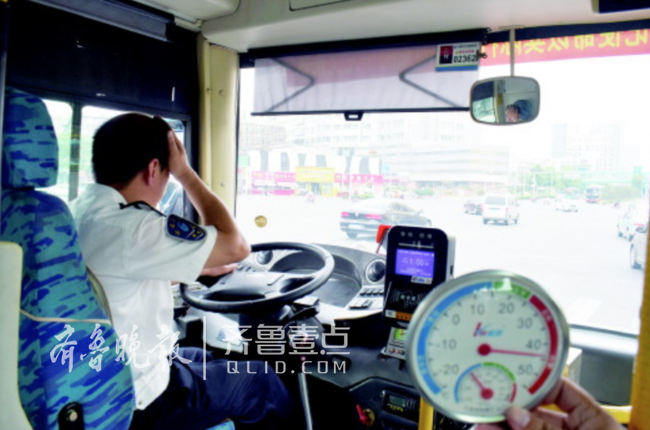 """高温里的济南公交司机:汗多盐分高!衣服成""""石头"""""""