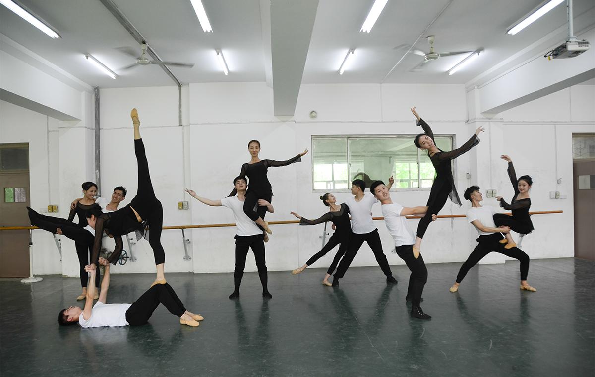 毕业啦!聊城大学舞蹈专业毕业生拍唯美毕业照致青春