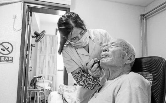 护理员比女儿还要亲!济宁老人去世前想把存折留给她