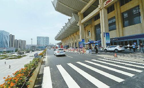 """济南西站落客平台隔离护栏拆除 送客车辆可""""多点""""下客"""