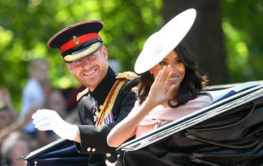 """英国皇家举办盛大阅兵为女王庆生 马克尔王妃戴粉色""""飞碟帽""""引关注"""