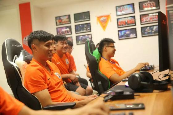 齐天羽与球迷电竞互动,鲁能泰山电竞训练室启用