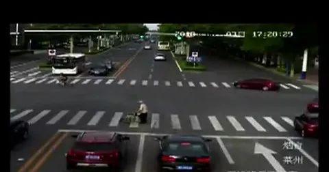 暖心!烟台老人蹒跚过马路 司机全停车等无一摁喇叭