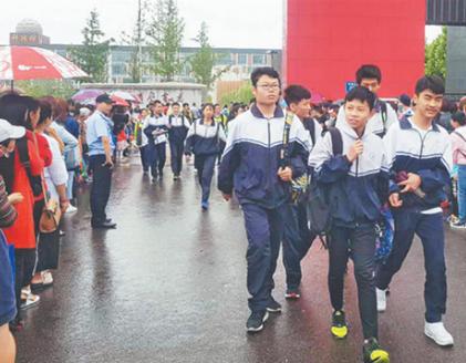 淄博3.8万初四学生雨中迎中考