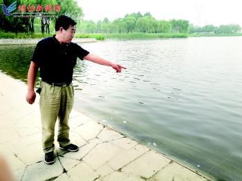 潍坊父女俩落水 巡逻的居委会主任借用垂钓者鱼竿将人救上岸