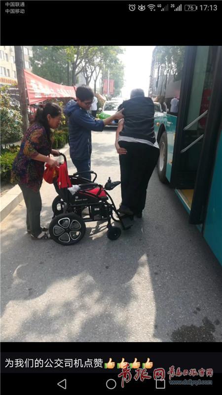 乘客坐轮椅乘公交不便 公交驾驶员背着上下车获点赞