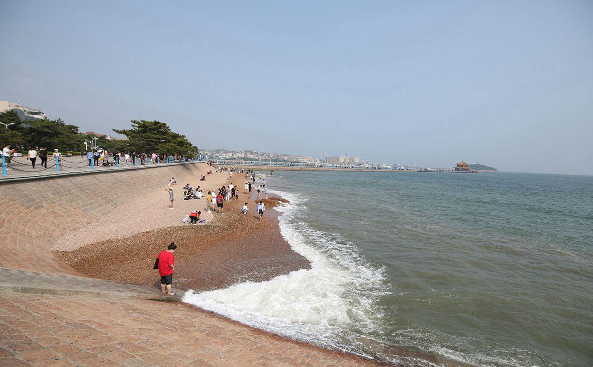 青岛海滨迎来旅游热 市民游客前往赶海游玩