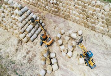 临沂:工人驾驶抓草机整理回收小麦秸秆